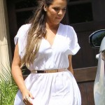 Khloe_Kardashian_Arriving_At_Kim_s_House-435x580